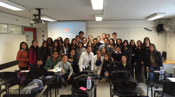Rodrigo Delgado Ehni con sus alumnos en la UPC